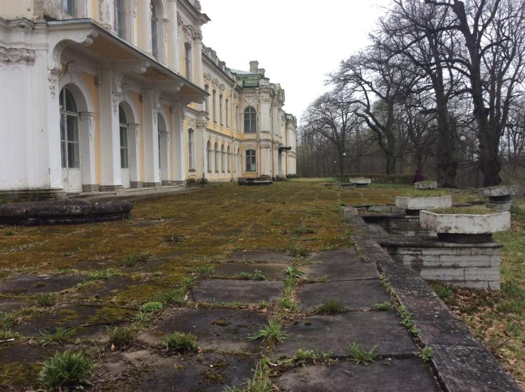 Северная сторона дворца. Литориновый уступ был украшен каменной террасой, пандусом и гротом.