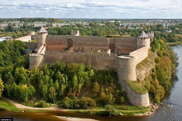 Так выглядит Ивангородская крепость из Нарвы