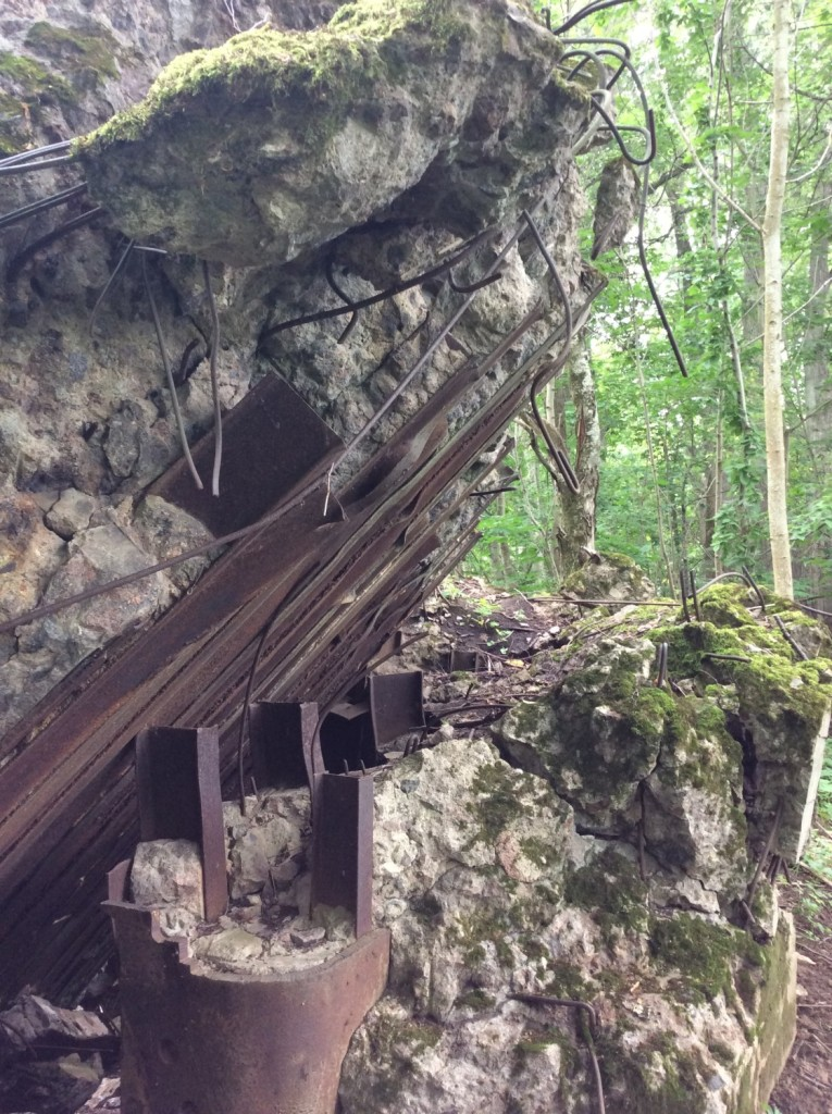 Взорванный ДОТ №10 КингУРа на окраине усадебного парка в деревне Сала