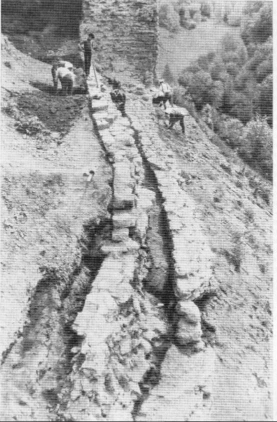 Рухлое место в процессе раскопок. Видна стена 1297 г. Фото О.В. Овсянникова.