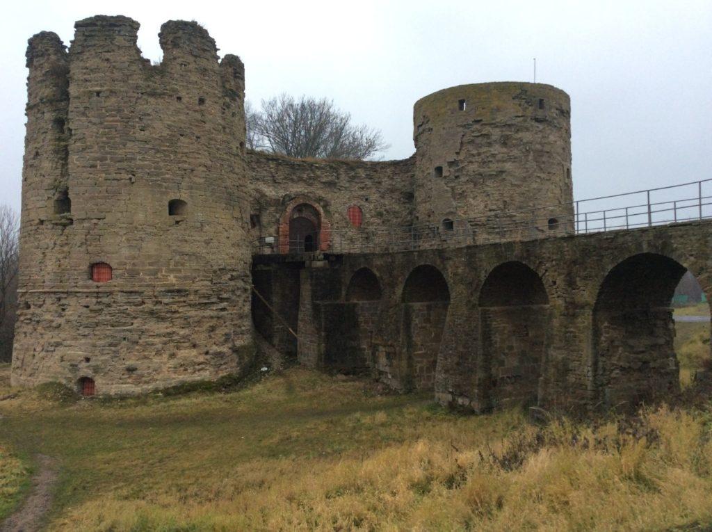 Копорская крепость. Крепость в Копорье. Крепостной мост. Крепостные башни.