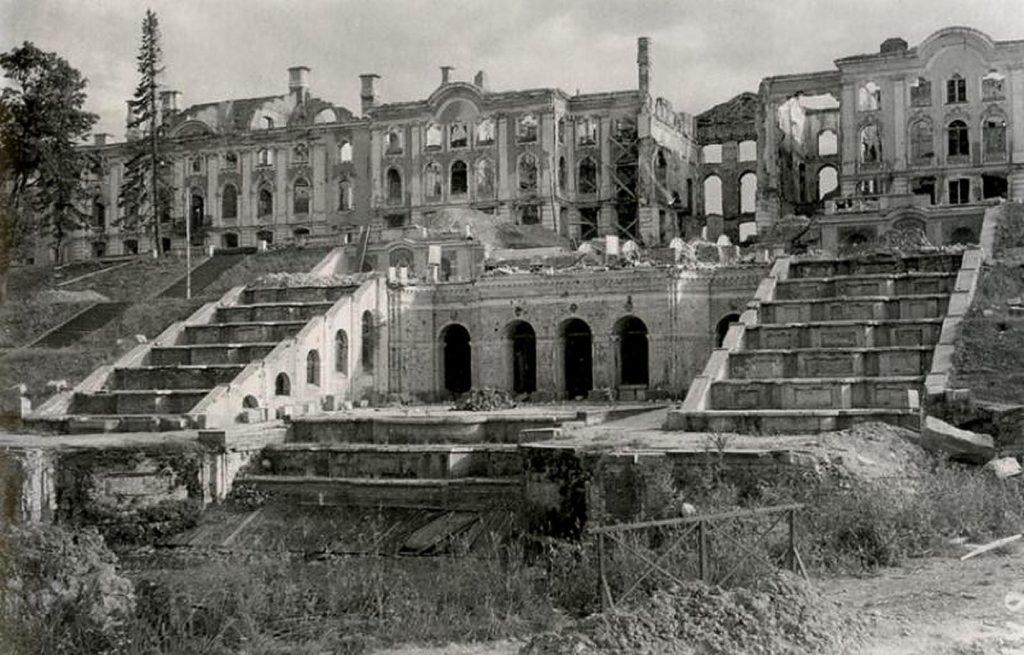 Руины Большого Петергофского дворца.