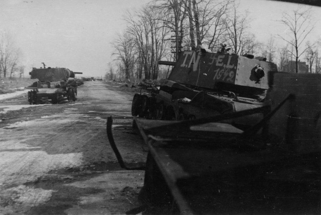Участок Петергофской дороги. Фото предположительно 1943 г. Справа за танком на дальнем плане виден усадебный дом Демидова-Эбсворта.