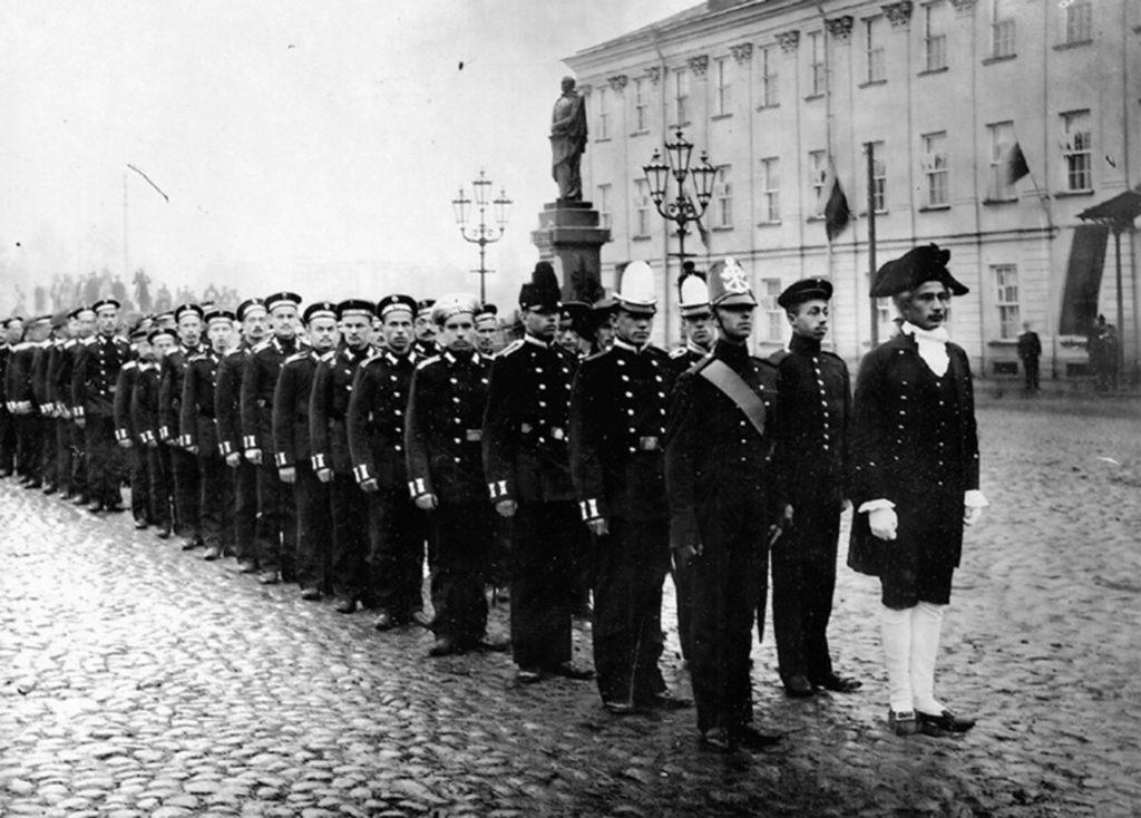 Строй гардемарин Морского инженерного училища в день празднования столетия заведения в Кронштадте