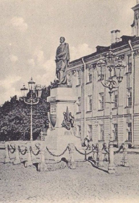 Памятник Пахтусову в Кронштадте.