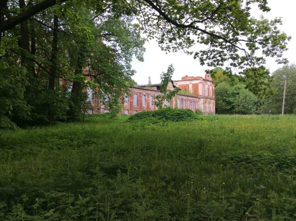 Конюшенный корпус -великолепное творение, сродни иным дворцам