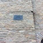 памятная табличка с датой основания Ивангородской крепости