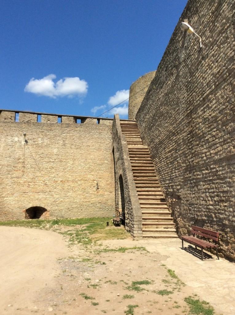 Находящаяся справа лестница приглашает подняться на крепостную стену