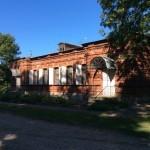 Бывшее здание таможни и нынешнее - Музея крепостей. Ивангород