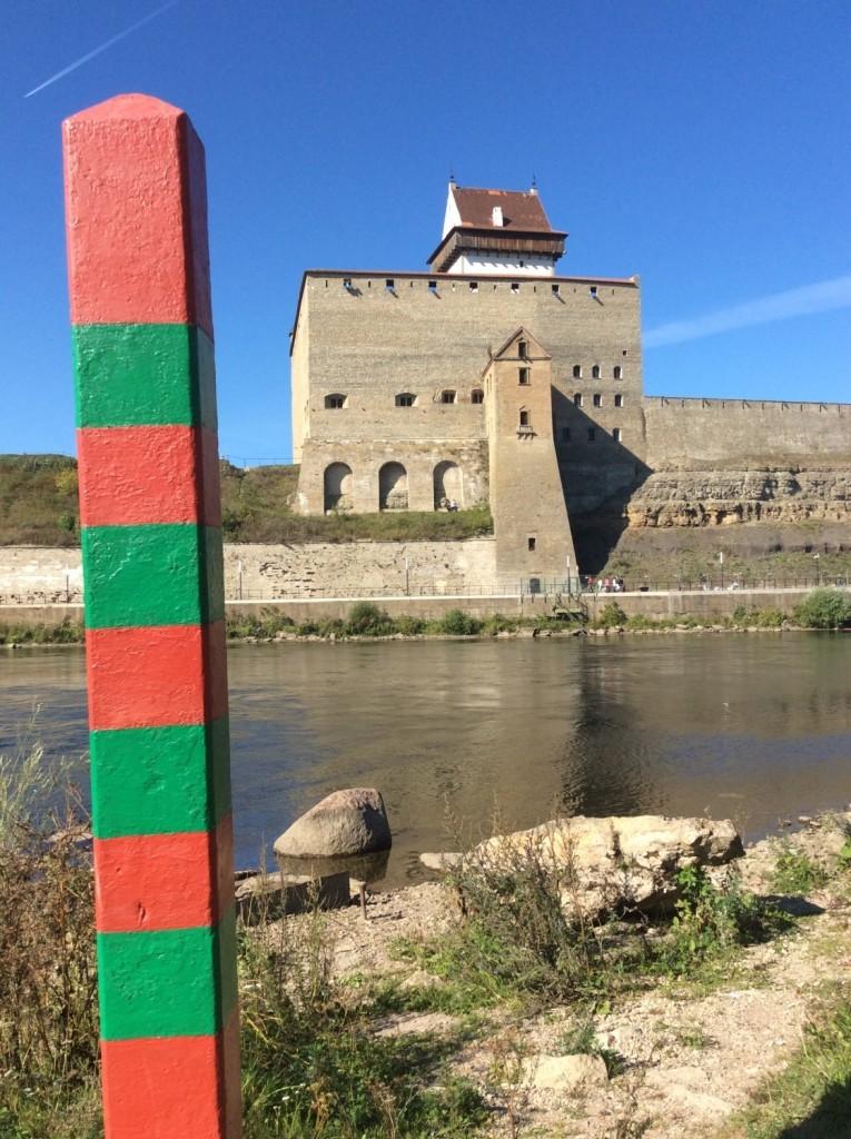 641-й погранстолб у подножия Колодезной башни. На заднем плане - Нарвский замок
