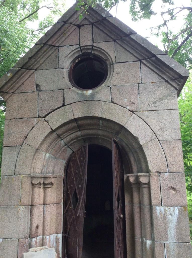 Небольшая часовня на местном кладбище - одно из немногих свидетельств проживания рода Корфов на Ямбургской земле...