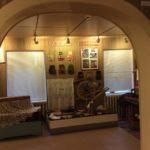 Небольшая арка отделяет два зала на первом этаже друг от друга