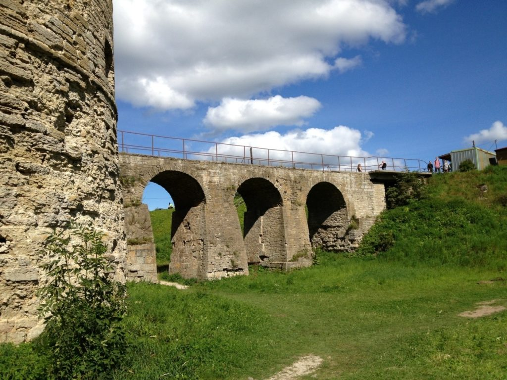 Крепость в Копорье. Копорская крепость. Крепостной мост.