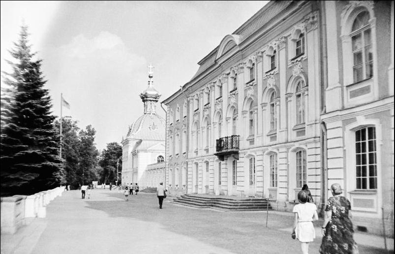 Церковный корпус Петергофского дворца в 70-е годы прошлого века.
