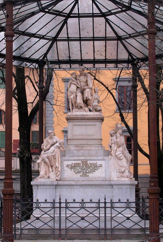 Памятник Демидову во Флоренции на Демидовской площади