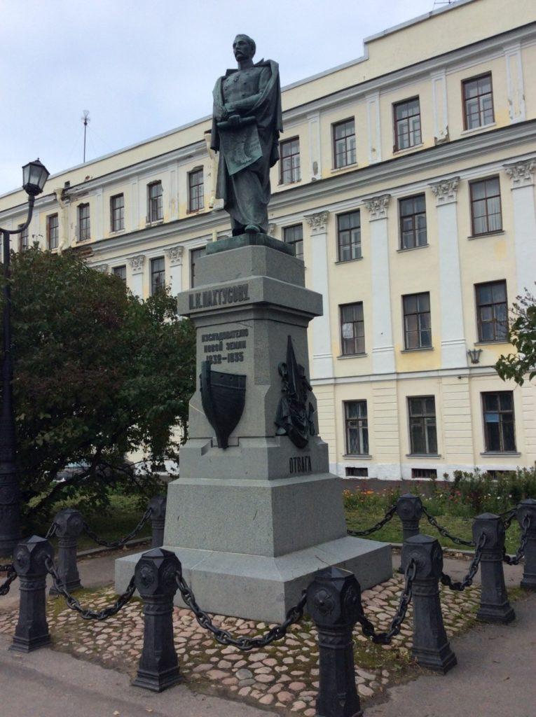Памятник Пахтусову в Кронштадте