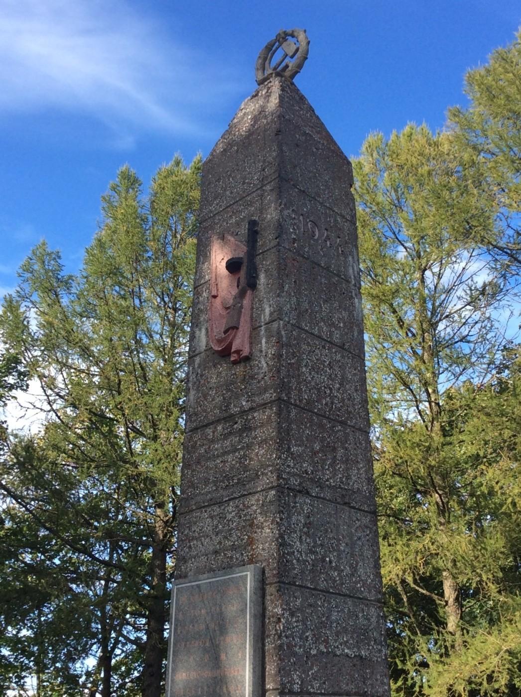 Памятник-обелиск воинам 30-го гвардейского корпуса. Село Русско-Высоцкое. Ломоносовский район.
