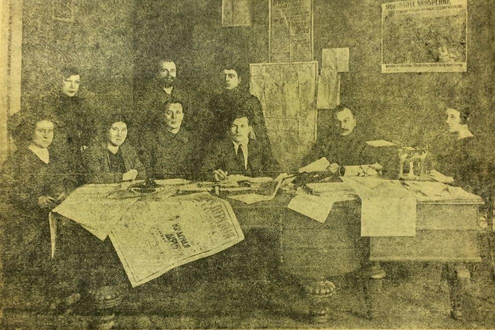 Редакция Красной деревни.Профессор Штейнбрег сидит второй справа.1923 год