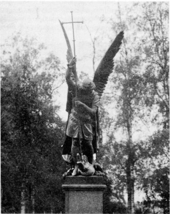 Статуя «Архангел Михаил, поражающий дракона» перед южным фасадом Константиновского дворца в Стрельне
