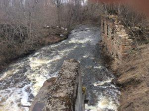 Течение реки Сума ниже моста. Остатки мельницы на реке Сума