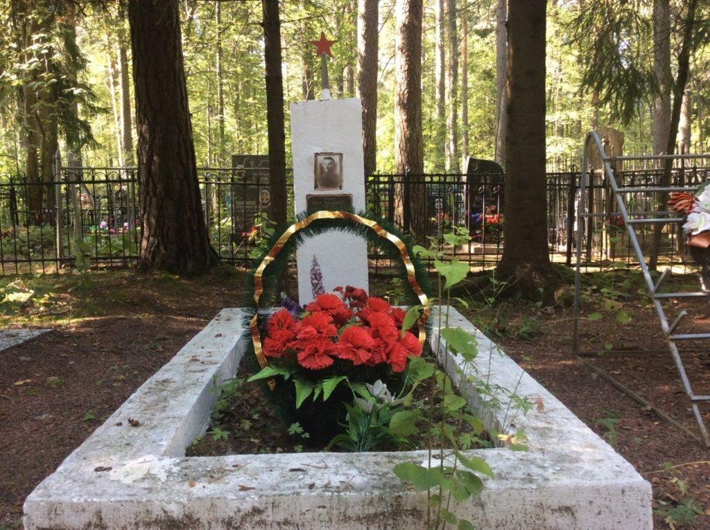 Могила Ивана Ильина на лебяженском кладбище