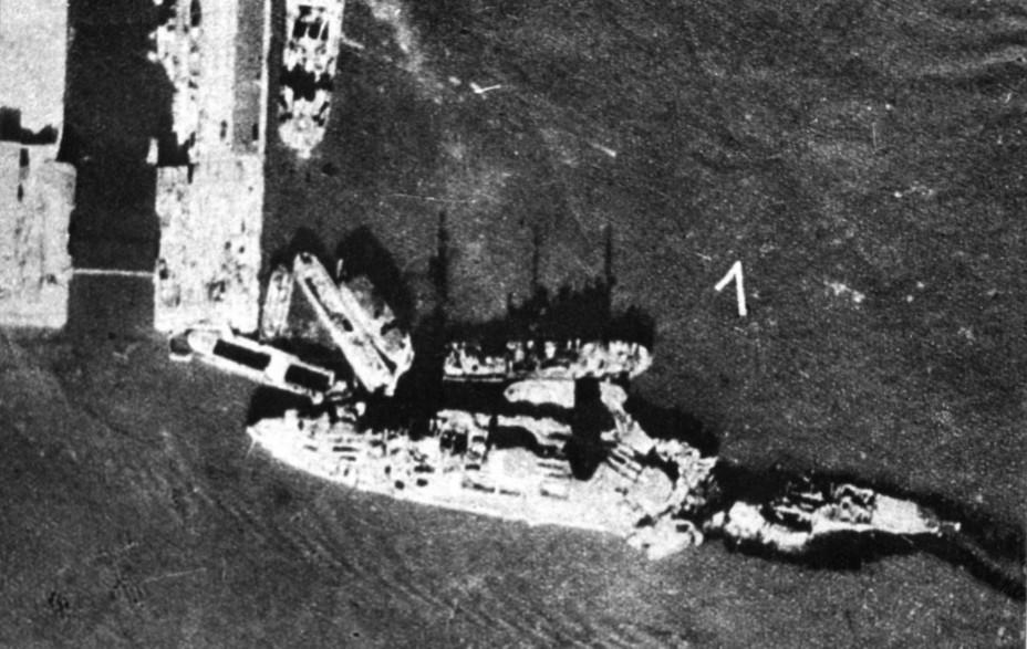 Линкор «Марат» у причала Усть-Рогатки в гавани Кронштадта после взрыва