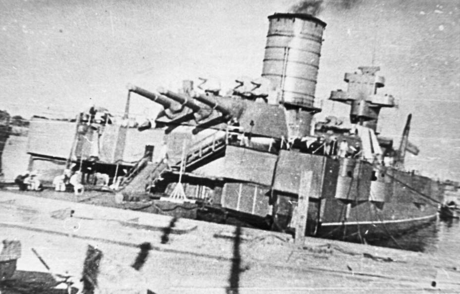 Несамоходное учебно-артиллерийское судно «Волхов» (бывший «Петропавловск», «Марат»).