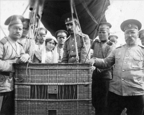 Поручик Фирсов с женой Ольгой Владимировной в гондоле аэростата.